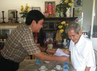Bí thư Huyện ủy Dương Minh Châu thăm, tặng quà đảng viên lão thành