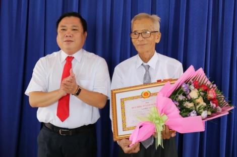 TP.Tây Ninh, huyện Gò Dầu: Trao tặng Huy hiệu 65-40 năm tuổi Đảng cho đảng viên địa phương