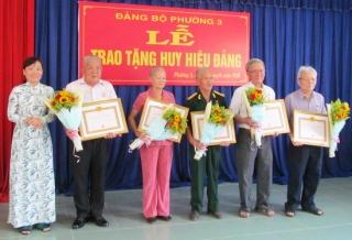 Thành uỷ Tây Ninh tổ chức lễ trao tặng Huy hiệu Đảng tại phường 3