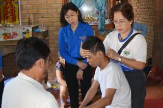 Bí thư Tỉnh đoàn: Trao tiền hỗ trợ cho một cán bộ Đoàn bị tổn thương não