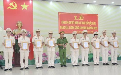 Công an Tân Châu tổ chức lễ công bố thăng cấp bậc hàm, nâng bậc lương cho cán bộ, chiến sĩ