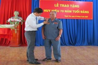Ông Nguyễn Thành Tâm trao Huy hiệu 70 năm tuổi Đảng tại xã Thạnh Tân