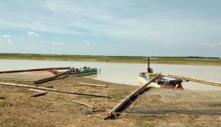 Ghe nhủi đánh cá lại tiếp tục hoạt động trong hồ Dầu Tiếng