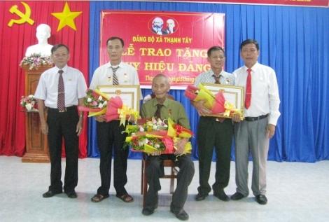 Tân Biên: Trao Huy hiệu Đảng cho đảng viên xã Thạnh Tây