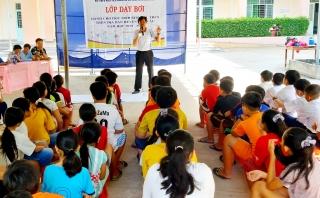 Bến Cầu tổ chức lớp dạy bơi an toàn cho học sinh