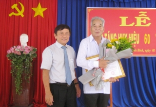 Nguyên Bí thư Huyện uỷ Tân Biên Nguyễn Văn Tấn nhận Huy hiệu 60 năm tuổi Đảng