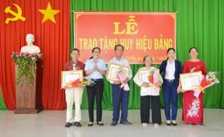 Trao tặng Huy hiệu 50, 45, 40 năm tuổi Đảng cho đảng viên xã Tân Phú