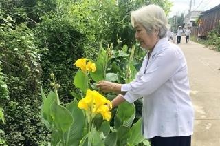 Phụ nữ phường Hiệp Tân ra quân chăm sóc đường hoa và tặng quà cho phụ nữ nghèo trên địa bàn