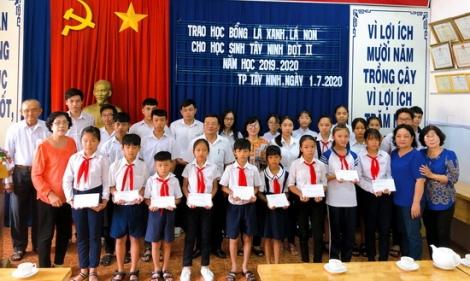 Trao học bổng cho học sinh nghèo hiếu học