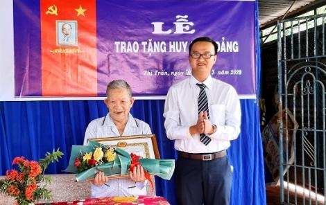 Bí thư Huyện uỷ Bến Cầu trao Huy hiệu 60 năm tuổi Đảng cho đảng viên thị trấn