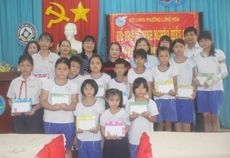 Hội LHPN phường Long Hoa: Tổ chức hoạt động truyền thông và trao học bổng cho học sinh