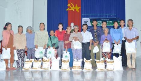 Công ty Thành Thành Công trao tặng quà cho dân nghèo xã Long Khánh