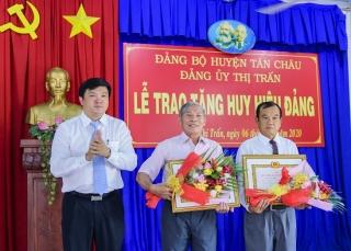 Tân Châu: Trao Huy hiệu Đảng tại xã Tân Hiệp và Thị trấn Tân Châu