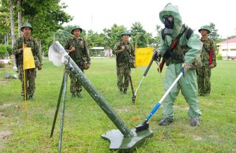 Chiến sĩ phòng hoá thi đua huấn luyện giỏi