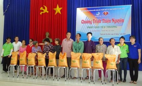 Hội LHTN Thành phố Tây Ninh tặng quà cho các gia đình nghèo, khó khăn