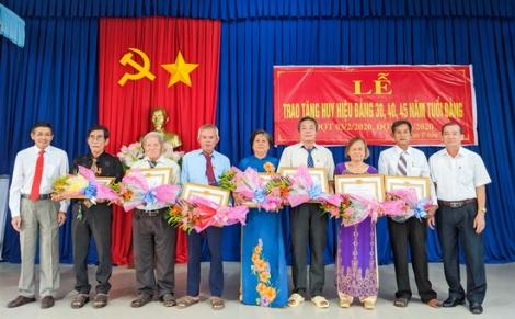 Trao tặng Huy hiệu 45, 40, 30 năm tuổi Đảng cho đảng viên tại phường Lộc Hưng