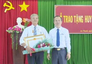 Bến Cầu trao huy hiệu 45 năm tuổi Đảng cho đảng viên