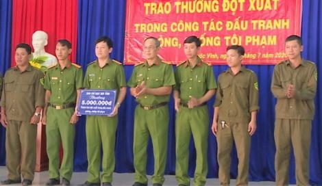 Trao thưởng cho Công an xã Phước Vinh trong công tác phòng chống tội phạm