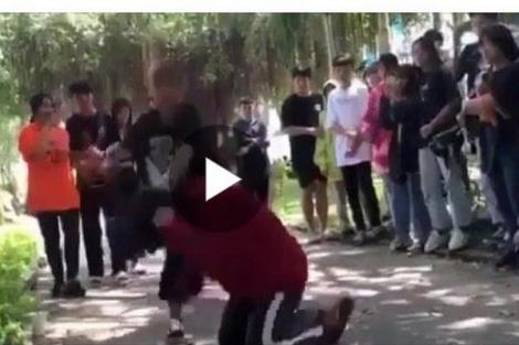 Bị đánh vì… liếc!