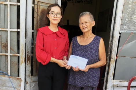 Trao tiền hỗ trợ cho gia đình bà Đỗ Thị Lệ Thu