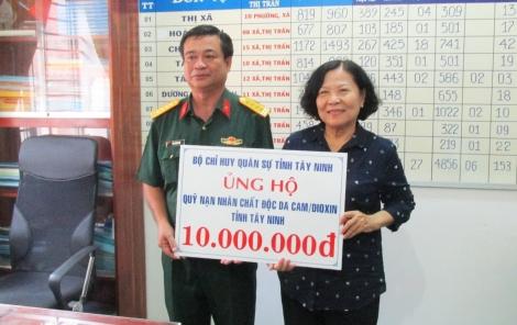 Bộ CHQS trao tiền hỗ trợ nạn nhân bị nhiễm chất độc da cam