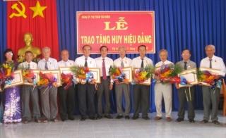 Đảng uỷ Thị trấn Tân Biên trao Huy hiệu Đảng cho 12 đảng viên