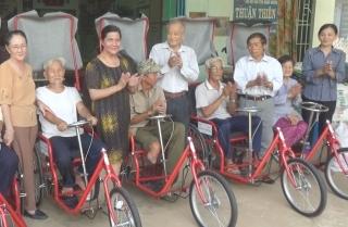 Trao tặng xe lắc tay cho người khuyết tật huyện Tân Biên