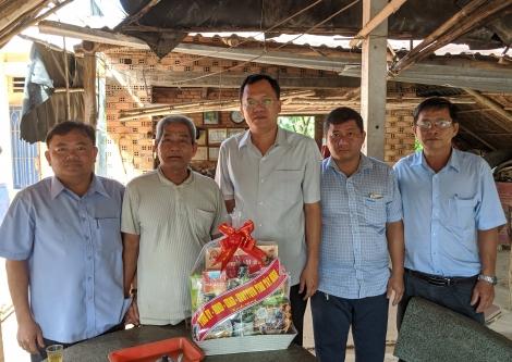 ĐBQH Huỳnh Thanh Phương thăm, tặng quà gia đình chính sách nhân ngày thương binh-liệt sĩ
