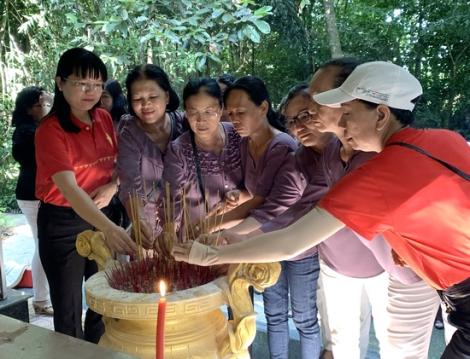 Hội LHPN thị xã Hoà Thành tổ chức về nguồn ngày 27.7