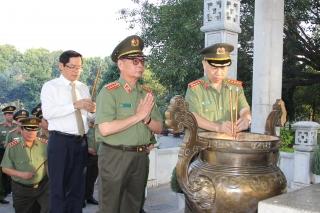 Bộ trưởng Bộ Công an viếng Nghĩa trang liệt sĩ và thăm gia đình chính sách tại Tây Ninh