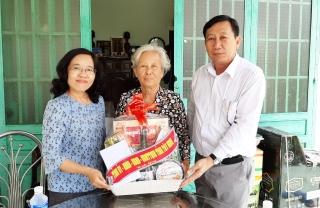 Trưởng BTC Tỉnh ủy thăm và tặng quà gia đình chính sách huyện Bến Cầu