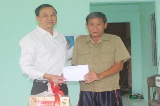 Phó Chủ tịch UBND tỉnh Dương Văn Thắng thăm, tặng quà cho gia đình chính sách ở huyện Gò Dầu