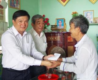 Bí thư Huyện uỷ Tân Châu thăm gia đình chính sách