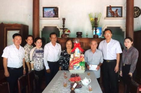 ĐBQH Huỳnh Thanh Phương thăm, tặng quà gia đình chính sách ở huyện Dương Minh Châu