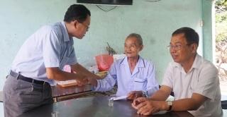Đoàn ĐBQH tỉnh thăm, tặng quà gia đình chính sách