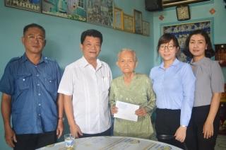 Bí thư Thị ủy Hòa Thành thăm, tặng quà các gia đình chính sách