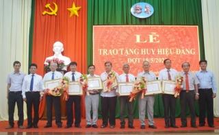 Hòa Thành: Trao Huy hiệu 50, 45, 40 và 30 năm tuổi Đảng cho đảng viên