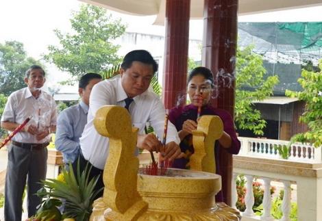 Lãnh đạo huyện Tân Châu viếng nhà bia tưởng niệm liệt sĩ xã Tân Hưng