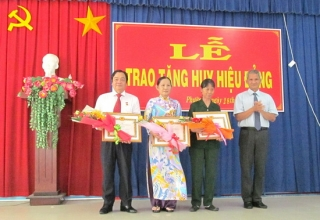 Phường 2, Thành phố Tây Ninh trao huy hiệu 45 năm và 30 năm tuổi Đảng