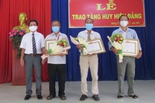 Đảng bộ phường IV, thành phố Tây Ninh trao huy hiệu 40, 30 năm tuổi Đảng