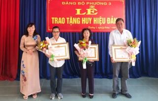Thành ủy Tây Ninh trao tặng Huy hiệu Đảng cho các đảng viên tại Phường 3