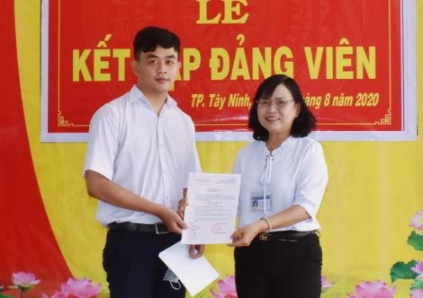 Thêm một học sinh lớp 12 được kết nạp Đảng