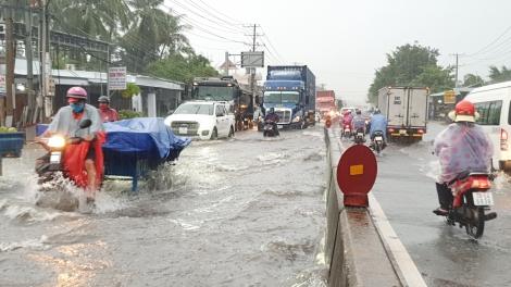 Đường phố Trảng Bàng ngập nặng sau cơn mưa