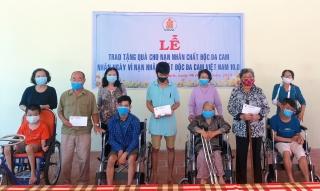 Tặng 38 xe lăn, xe lắc và 500 phần quà cho các nạn nhân da cam/dioxin