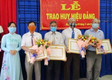 Trao Huy hiệu Đảng cho đảng viên TP.Tây Ninh và Gò Dầu