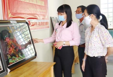 Bán tranh thêu gây quỹ hỗ trợ phụ nữ nghèo