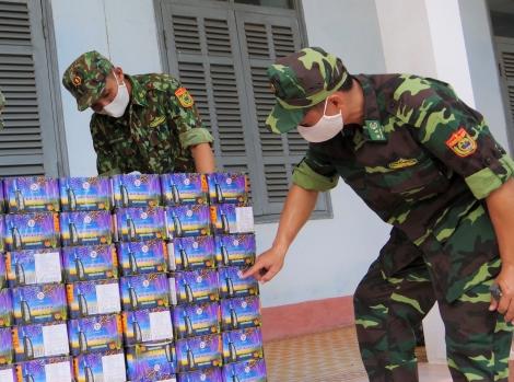 Đồn Biên Cửa khẩu phòng Phước Tân bắt giữ 94 kg pháo nổ
