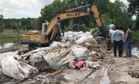 Bắt quả tang kẻ chôn lấp hàng trăm bao rác y tế xuống suối Vũng Trâu