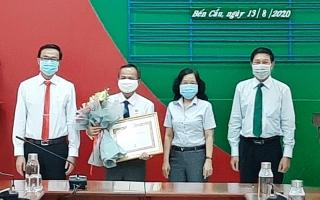 Nguyên Phó Bí thư Huyện ủy Bến Cầu nhận huy hiệu 30 tuổi Đảng
