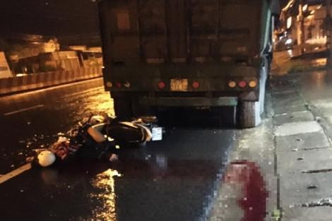 Tông vào đuôi xe container, đôi nam nữ đi xe máy tử vong tại chỗ